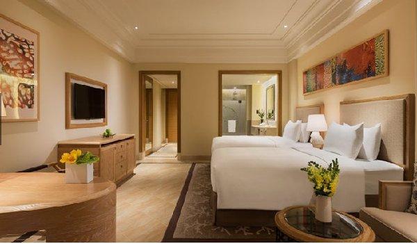 房控系统是利用如今先进的计算机、通讯、网络等信息技术所研发而来,它能够对酒店的空调系统、灯光系统、服务系统等进行综合性的管理,从而降低酒店的能源耗用,不仅能够增加酒店的营业利润,还能起到保护环境的作用,一箭双雕何乐而不为呢。譬如房控系统对酒店空调系统的控制是酒店行业节约电能的重要表现之一。空调是一个酒店耗电最多的设备,然而通过房控系统可以远程控制空调的开关和温度,当有客人出门忘记关空调时,系统可以识别时间的长短,自动切换空调的运行模式到睡眠状态,降低空调运转的同时增加空调的使用寿命和减少不必要的电量浪费